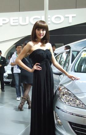2010东盟车展靓丽车模犹如百花争艳