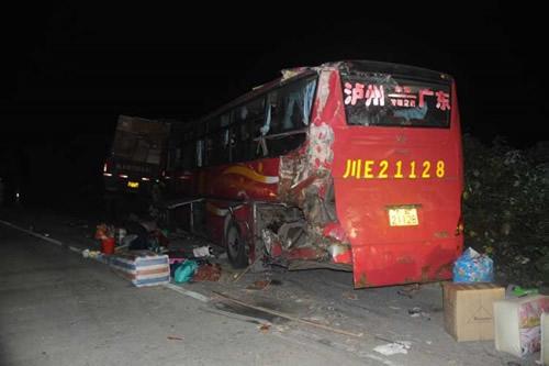 大客车夜里停车维修被追尾致6死7伤 事发宜柳高速高清图片